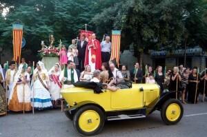 Bendición de coches bajo la presencia de la figura de San Cristóbal en la calle Alboraya