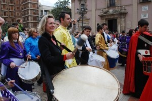 Tamborada que se celebró en la plaza de la Virgen de Valencia