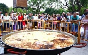 Decenas de curiosos se acercaron a ver como se confeccionaba la tortilla gigante en el Parque del Oeste/Marcelo A. Ulloa