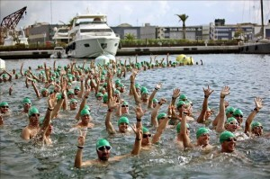 Un grupo de nadadores del millar de participantes antes de salir/efe