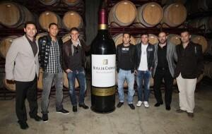 Un grupo de jugadores del Valencia, algunos de los cuales ya no están en plantilla, en una visita a la bodega