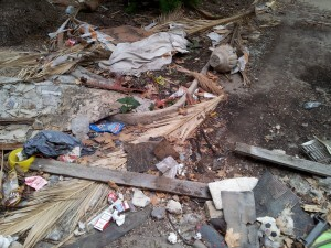 Los escombros y restos se acumulan por el inmueble y el patio exterior a pesar de que se limpió hace dos años/pspv