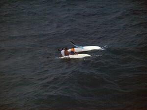 Los tripulantes del catamarán vistos desde el helicóptero de Salvamento antes de rescatarlos/salvamento marítimo