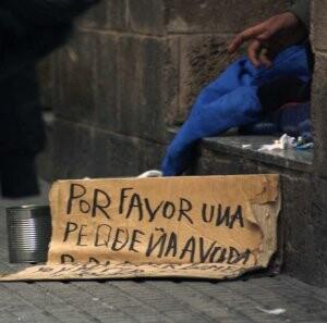 Un indigente pide ayuda en una calle de una ciudad española