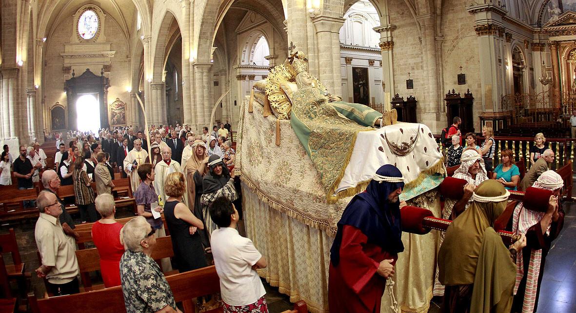 El Grup de Metxa lleva la Virgen de la Asunción hasta el altar de la Catedral/alberto saiz