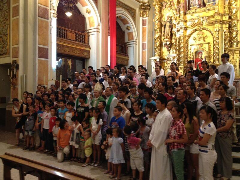 Los asistentes se hicieron una foto de familia en el altar al acabar la misa/j.a.b.