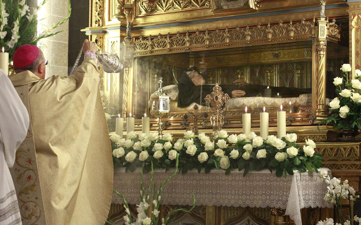 El arzobispo Carlos Osoro delante del cuerpo de la fundadora de la orden/alberto saiz