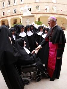 Monseñor Osoro saluda a un grupo de monjas de la orden/a.saiz-avan