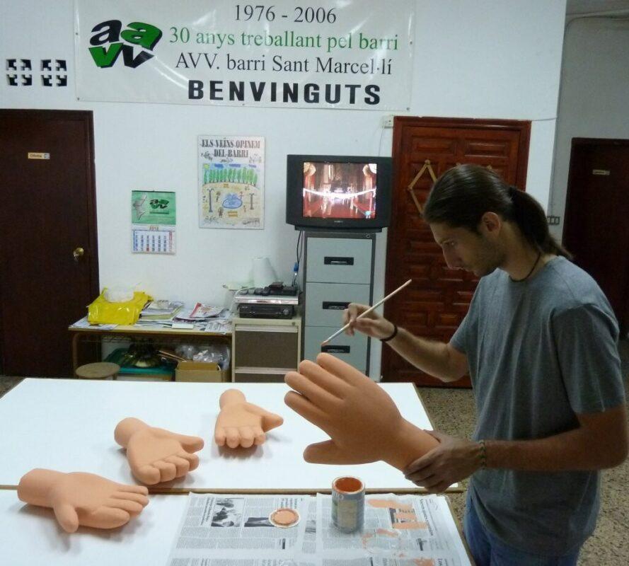 Miguel Soler modelando las manos de los gigantes/aavv san marcelino