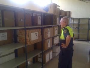 El oficial encargado de la oficina supervisa una de las zonas de almacenamiento/vlcciudad