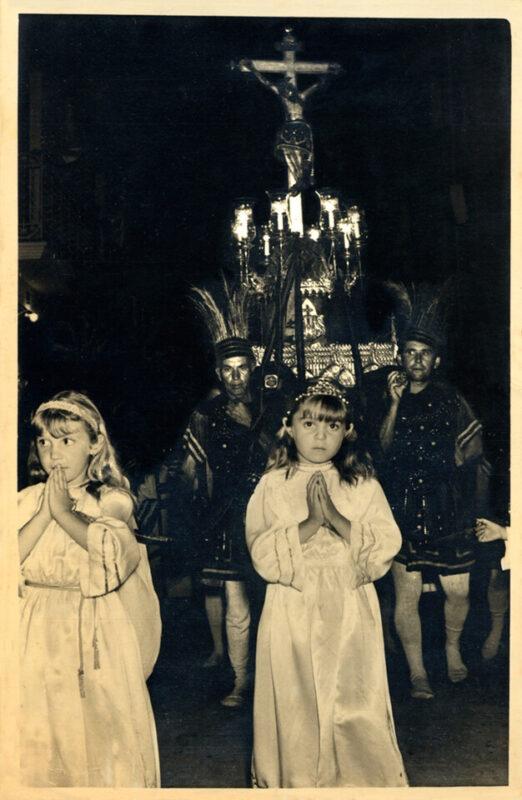 La imagen del Cristo Verdadero portad a hombros con dos jóvenes ataviadas de ángeles delante de la imagen/Juan Guanter