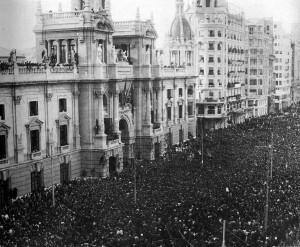 La actual plaza del Ayuntamiento el día de la proclamación de la II República