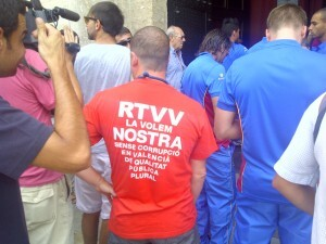 Un trabajador de RTVV durante los servicios mínimos de ayer en la plaza de la Virgen/vlcciudad