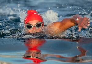 Una nadadora durante la prueba de natación/José Luis Hourcade