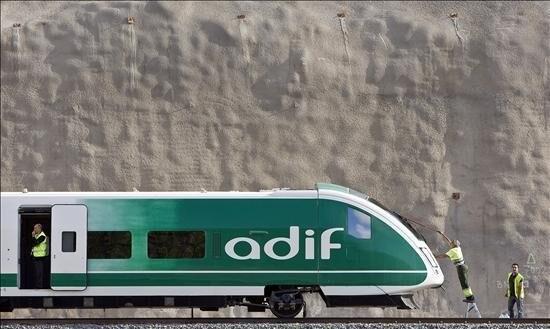 Una unidad de tren con el logo de Adif
