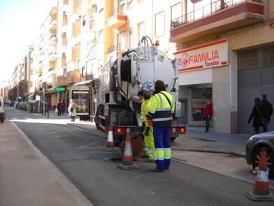 Un equipo realiza la retirada de residuos de alcantarillado de una calle de la ciudad/ayto vlc