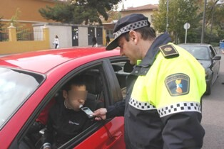 Un policía local realiza un control de alcoholemia en una calle de la ciudad