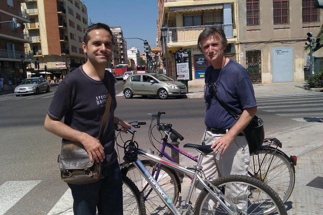 Amadeu Sanchis y el eurodiputado Willy Meyer en la calle Doctor Lluch en el Cabanyal/eu