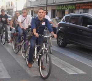 Amadeu Sanchis circula en bici por el barrio de Benimaclet