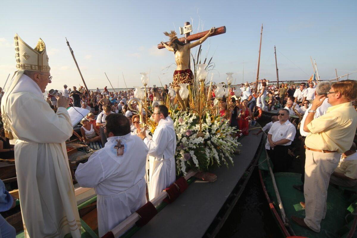 El arzobispo Carlos Osoro en la barca realizando la plegaria ante el Cristo de la Salud/avan
