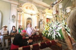 El prelado de la diócesis de Valencia reza ante el crucificado en la iglesia de El Palmar/avan