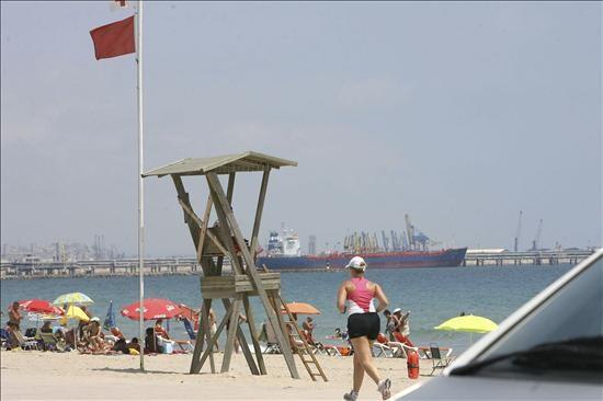 Una bandera roja prohíbe el baño en una playa
