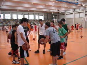 Un momento de una de las sesiones del campus de baloncesto en Benicalap/solobasket.com