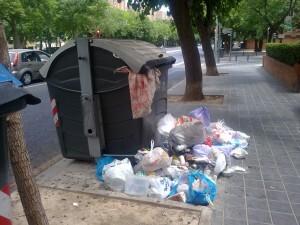 Más basura fuera de un contenedor en otro barrio/gsm