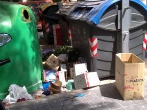 Basura depositada en la calle fuera del contenedor en un barrio de la ciudad/gsm