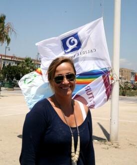 La concejala de Playas, Lourdes Bernal, delante de algunas enseñas acreditativas del buen estado de las playas