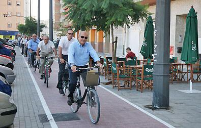 El edil Novo circula en bici junto a otras personas por un carril de la ciudad