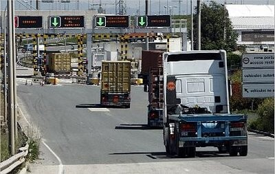 Camiones entrando al puerto de Valencia
