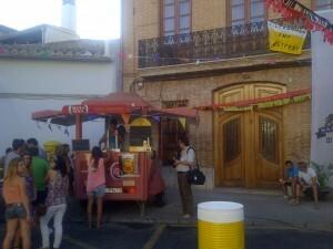 El móvil bar de la cerveza en la plaza del Poble de Carpesa/vlcciudad