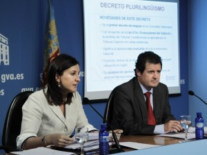 La consellera María José Catala da explicaciones sobre el posible cobro escolar con el conseller Císcar al termino de la reunión/gva