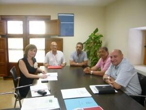 La directora general de Participación Ciudadana, María Barrios, con los dirigentes vecinales en un encuentro reciente/gva