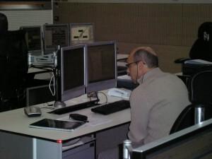 Uno de los operarios en una de las mesas de trabajo controlando accesos y arterias/vlcciudad