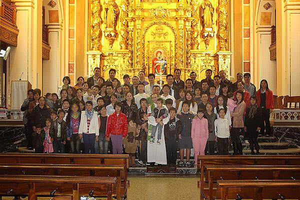 Un grupo de chinos-católicos en la parroquia de Ruzafa con el párroco Juan Verdeguer