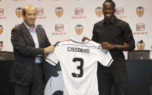 El presidente del Valencia C.F. y Cissokoh con la camiseta con el número 3/vlc