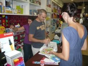 Una mujer compra libros en el inicio del curso escolar