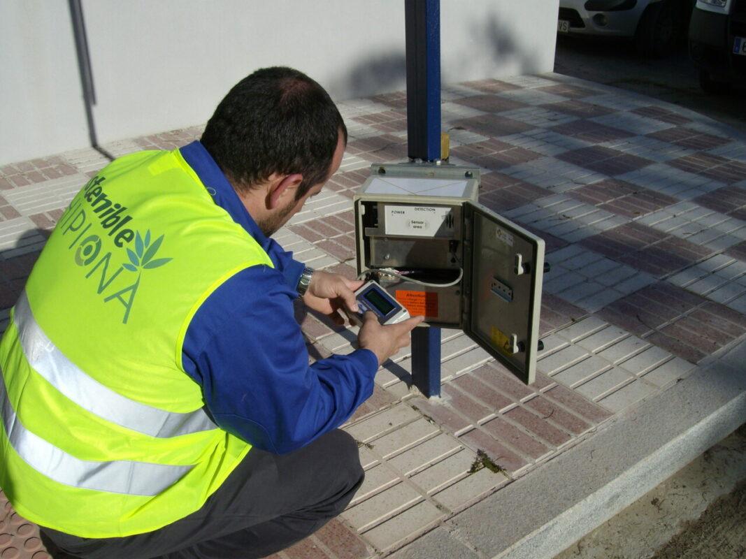 Un operario realiza un control de aforos en una calle de una ciudad