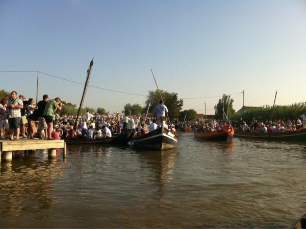 Las barcas zarpan del embarcadero para participar en la comitiva/@arturpart
