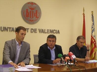 El concejal de Deportes, Cristóbal Grau, con el gerente de la FMD, Luis Cervera, a la izquierda./ayto vlc