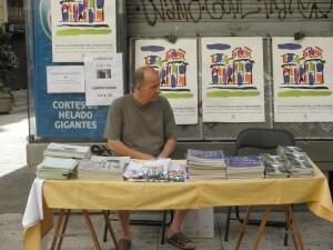 Los libros y las camisetas proceden de campañas de la entidad vecinal y de instituciones públicas que editaron obras del barrio/aa.vv el carmen