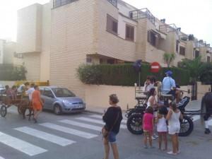 Un grupo de niños subidos en carruajes tirados por caballos ayer tarde/vlcciudad