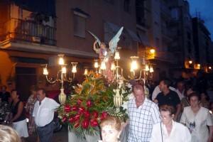 Un grupo de vecinos porta el anda de San Miguel/calendariovlc