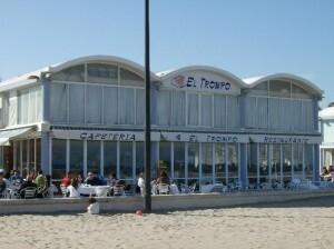 Uno de los restaurantes del paseo marítimo de la Malvarrosa