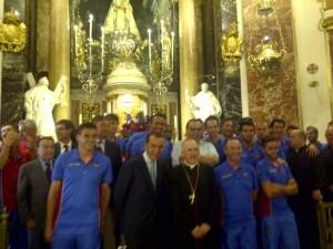 La plantilla del Levante U.D. y el arzobispo posan ante la imagen de la patrona en la Basílica/vlcciudad