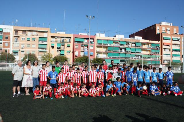Jugadores del C.F. Malvarrosa y niños saharauis en la jornada del año pasado/http://escueladefutbolmalvarrosa.blogspot.com.es