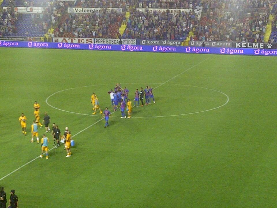 Los jugadores del Levante U.D. se despiden de la afición en el centro del campo al clasificarse para la fase de grupos de la Europa League/vlcciudad