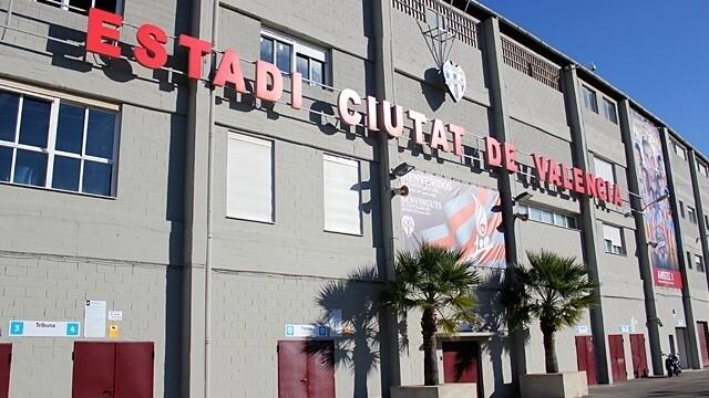 Fachada del estadio Ciutat de Valencia que mañana vivirá un día histórico